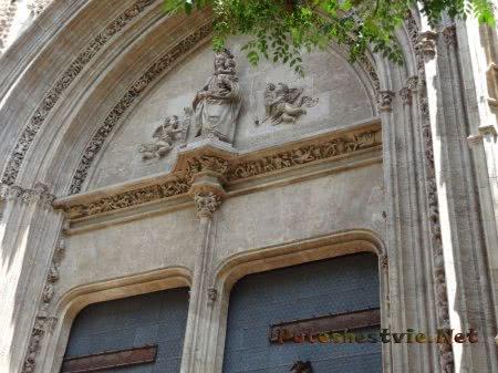 Статуя Богородицы над входной аркой ворот