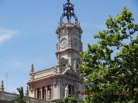 Часовая башня на здании Валенсии