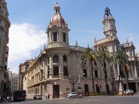 Красивое сооружение на площади Валенсии