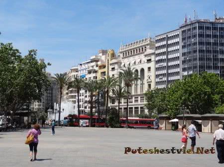 Автобусы на главной площади Валенсии