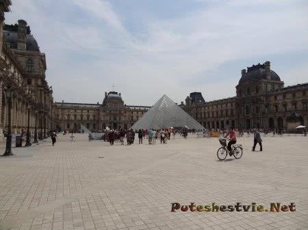 Стеклянная пирамида рядом с Лувром