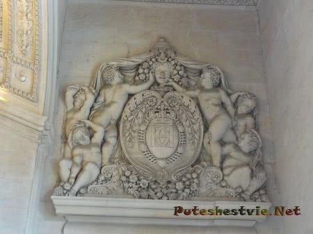 Красивое панно на стене зала в Лувре