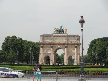 Триумфальная арка и Елисейские поля на горизонте