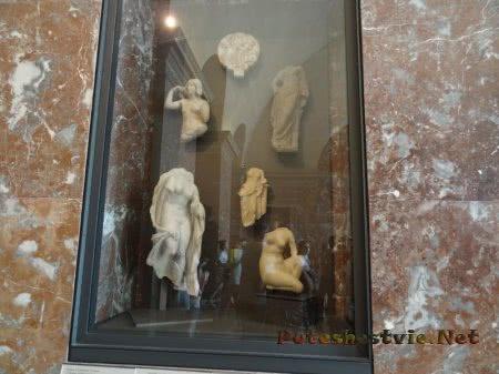 Части античных статуй в Лувре