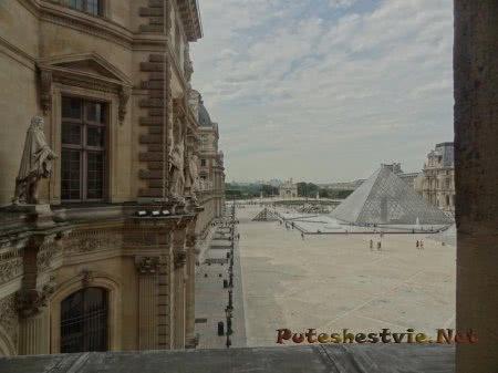Вид из окна Лувра на пирамиду