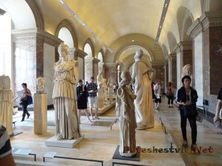 Античные статуи в зале Лувра