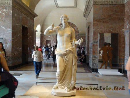 Античный экспонат Лувра во Франции