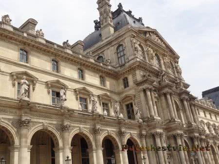 Декор одного из зданий Лувра