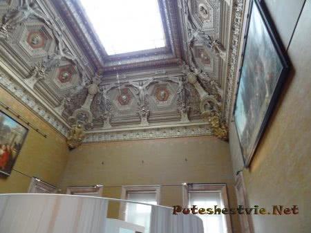 Интересное оформление стен и потолка в Лувре