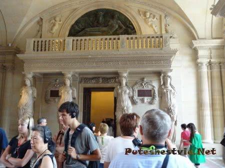 Античный балкон в зале Лувра