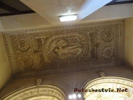 Лепнина на потолке в Лувре