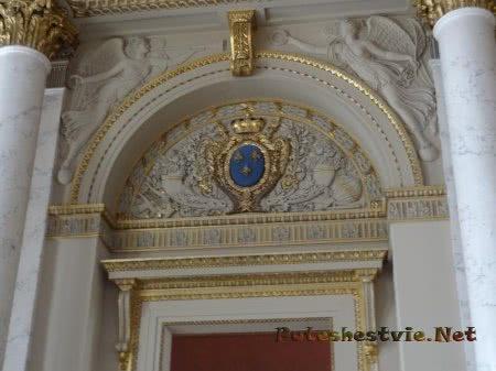 Оформление дверной арки в Лувре