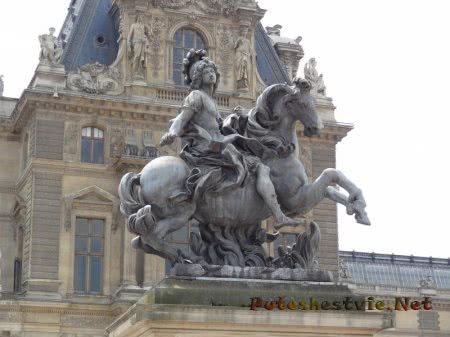 Конная статуя на площади перед Лувром