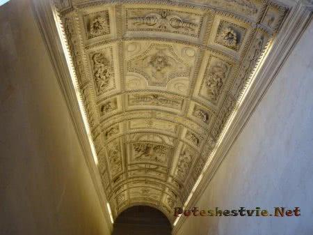 Оформление потолка в зале Лувра