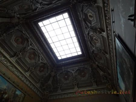 Окно в потолке в зале Лувра