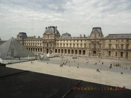 Вид на двор и стеклянные пирамиды из Лувра