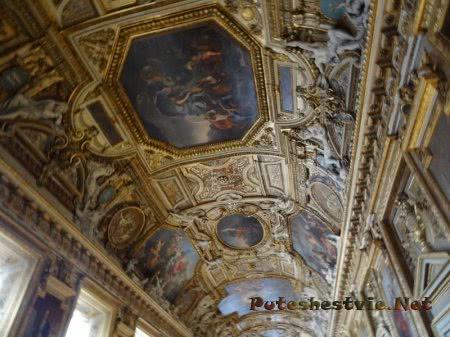 Изящество потолка зала Лувра во Франции