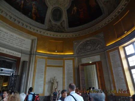 Зал музея Лувр в форме овала