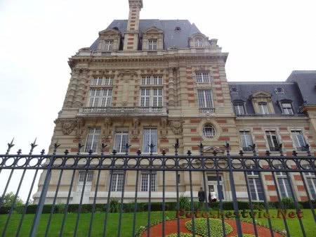 Красивое строение около Площади Версаля