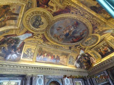 Очень красивая роспись на потолке зала в Версале во Франции