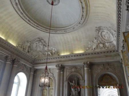 Лепнина на потолке одного из залов Дворца Версаль