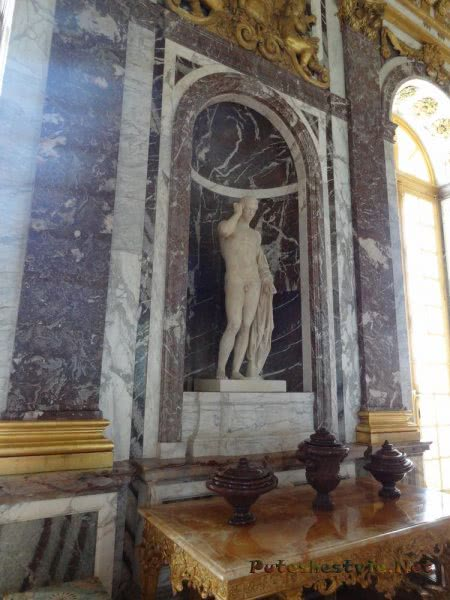 Мраморные колонны и скульптуры в Версале