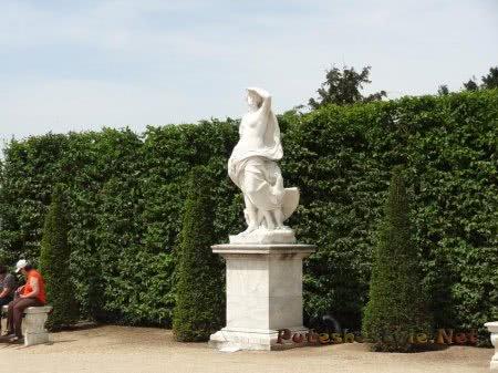 Статуи Версаля в окружении зелени садов
