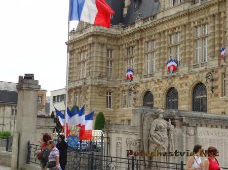 Здание по соседству с Версалем