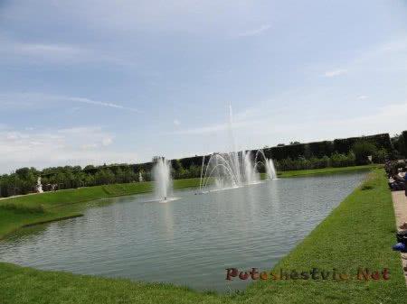 Фонтан среди маленького пруда в Версале