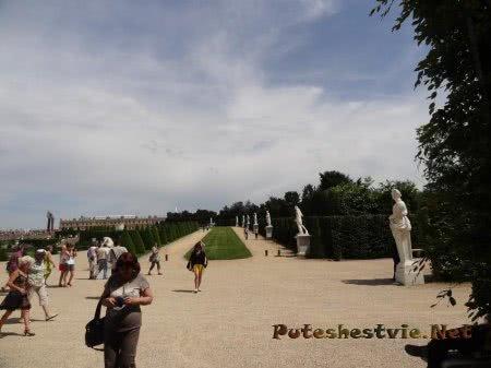 Туристы фотографируют красоты версальского сада