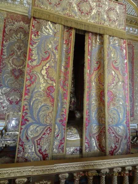 Кровать короля за занавесью в Версале