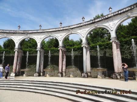 Арки колонн в садах Версаля