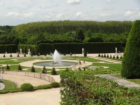 Ухоженная территория садов Версаля