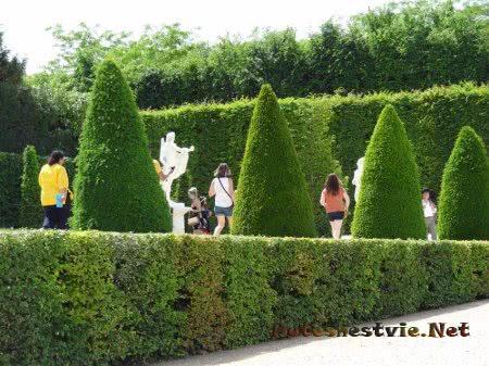 Туристы среди сада Версаля