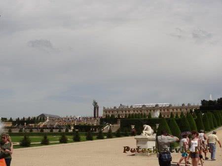 Здание Версаля вдалеке