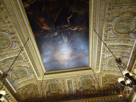 Люстры на огромных цепях в Версале