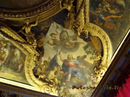 Великолепная роспись на потолках комнат Версальского комплекса