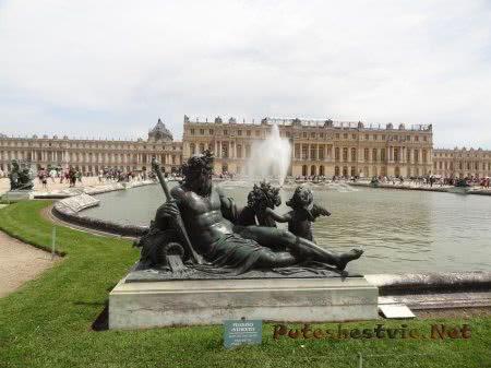 Статуя у фонтана в Версале
