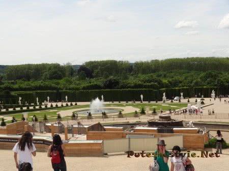 Красивые версальские фонтаны и газоны