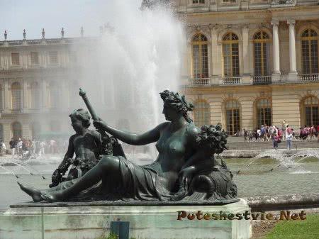 Вид со двора на одно из зданий Версаля