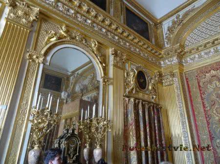 Оформленный золотом интерьер комнаты короля