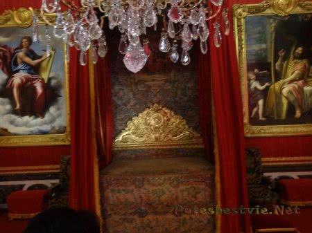Кровать в комнате Версаля