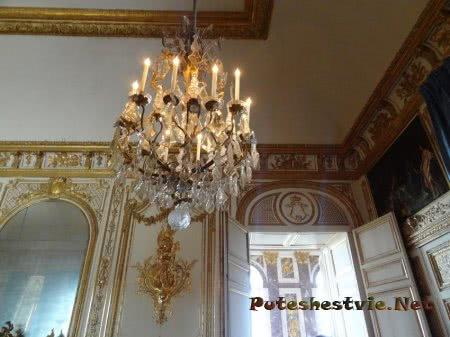Интересная люстра в зале Версаля