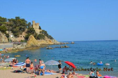 Пляж рядом с замком в испанском Ллорет-де-Мар