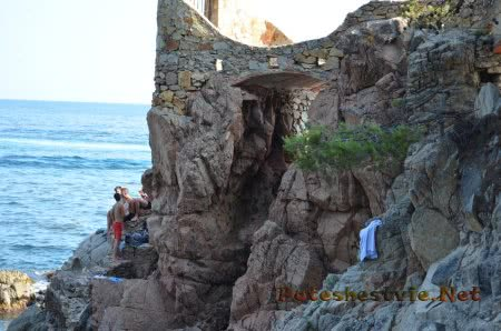 Местные ребятишки сидящие на скалах