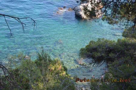 Очень прозрачные воды Средиземного моря в Ллорет-де-Мар