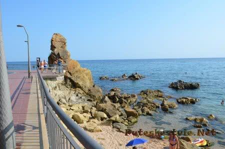 Сочетание песка и больших валунов на пляже Ллорет-де-Мар