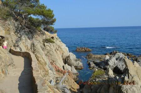 Тропка по скалам вдоль моря в Ллорет-де-Мар