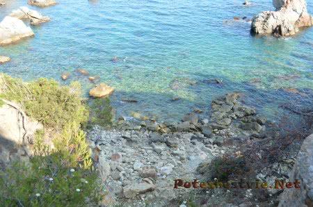 Каменистый вход в море в Ллорет-де-Мар
