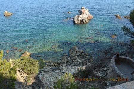 Очень живописный вид скал и моря в Ллорет-де-Мар